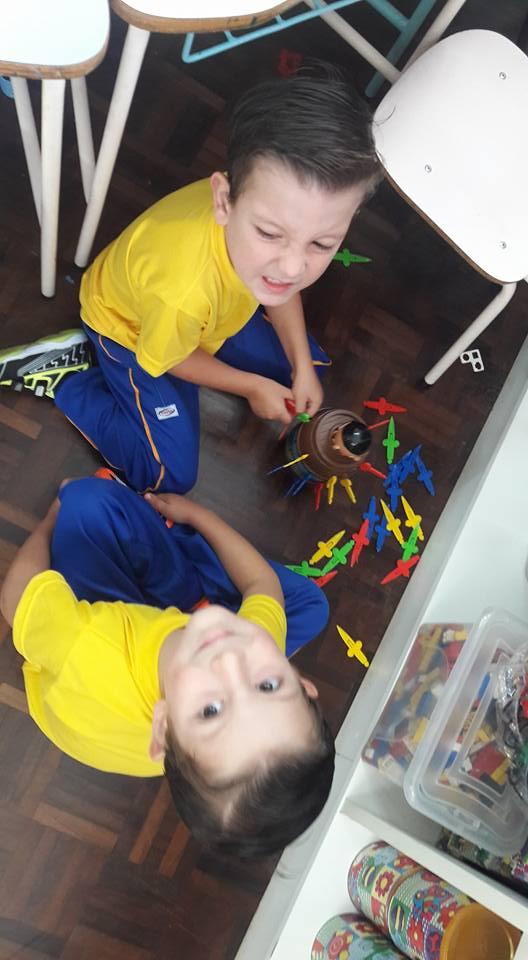 Estudantes brincam, vivenciam e socializam através