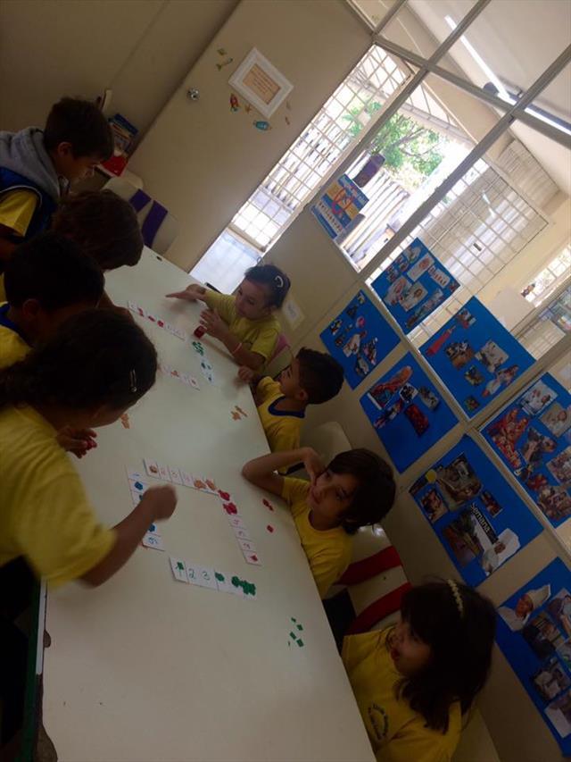 Estudantes constroem jogo com réguas numéricas par