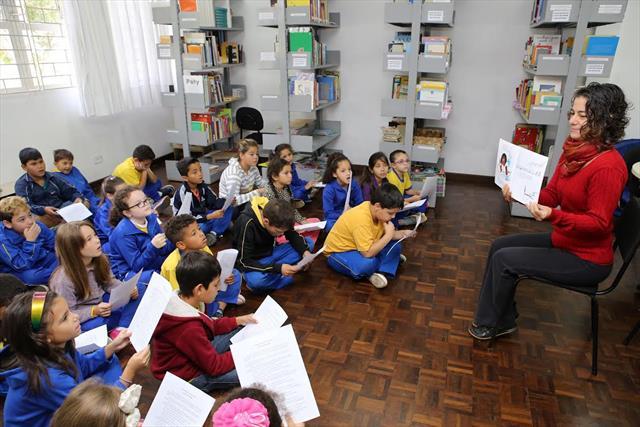 Atores contam histórias para estimular a leitura nas escolas