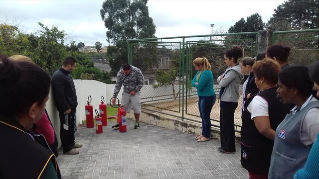 Profissionais do CMEI Campo Alto participam na prática da utilização dos extintores.