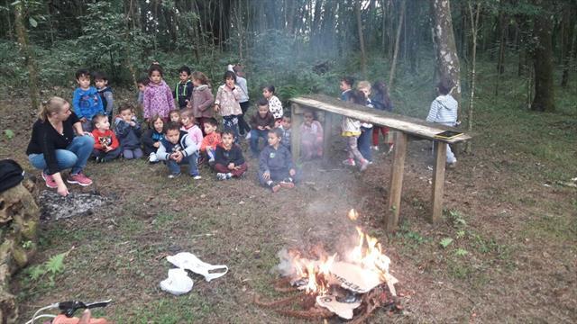 Assando os pinhões no fogo.