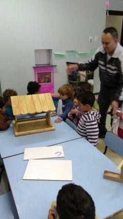 Crianças do Maternal I construíram uma casinha de passarinho.