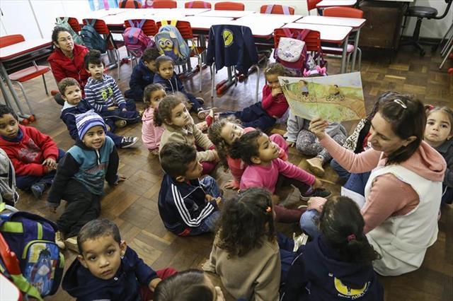 Escola Darcy Ribeiro, no Tatuquara, faz silêncio para o Momento da Leitura