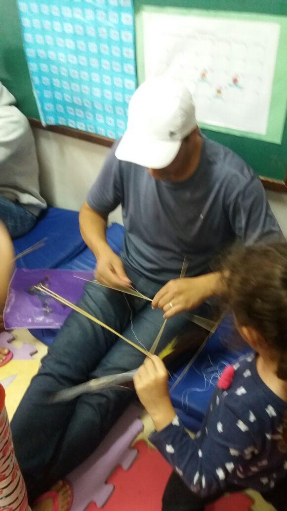 Construindo uma pipa com o papai.