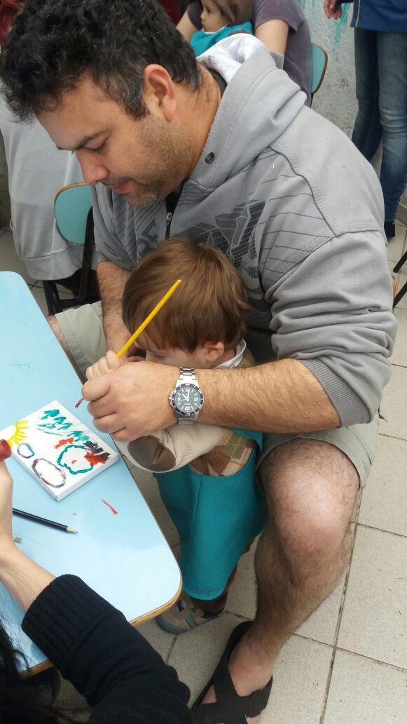 Os bebês e seus pais fazendo arte.