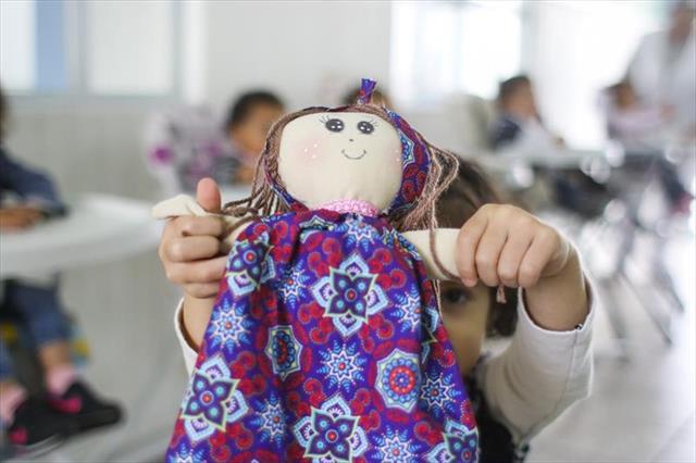Bonecos de pano feitos em CMEI da Prefeitura encantam crianças