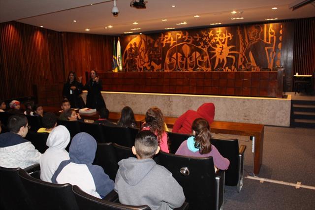 Estudantes da EM Jardim Santos Andrade tem aula de Campo na Assembleia Legislativa do Paraná