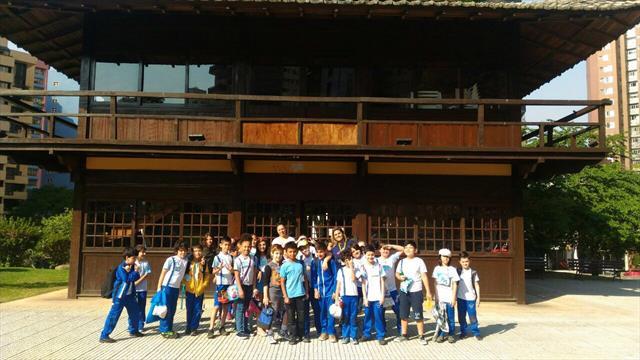 Alunos do 4º ano da Escola Municipal Batel tem aula de campo na Praça do Japão