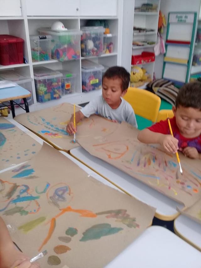 Brincando em Arte - Pintura com guache ao som de diferentes músicas