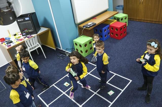 Crianças aprendem programação em laboratório de inovação