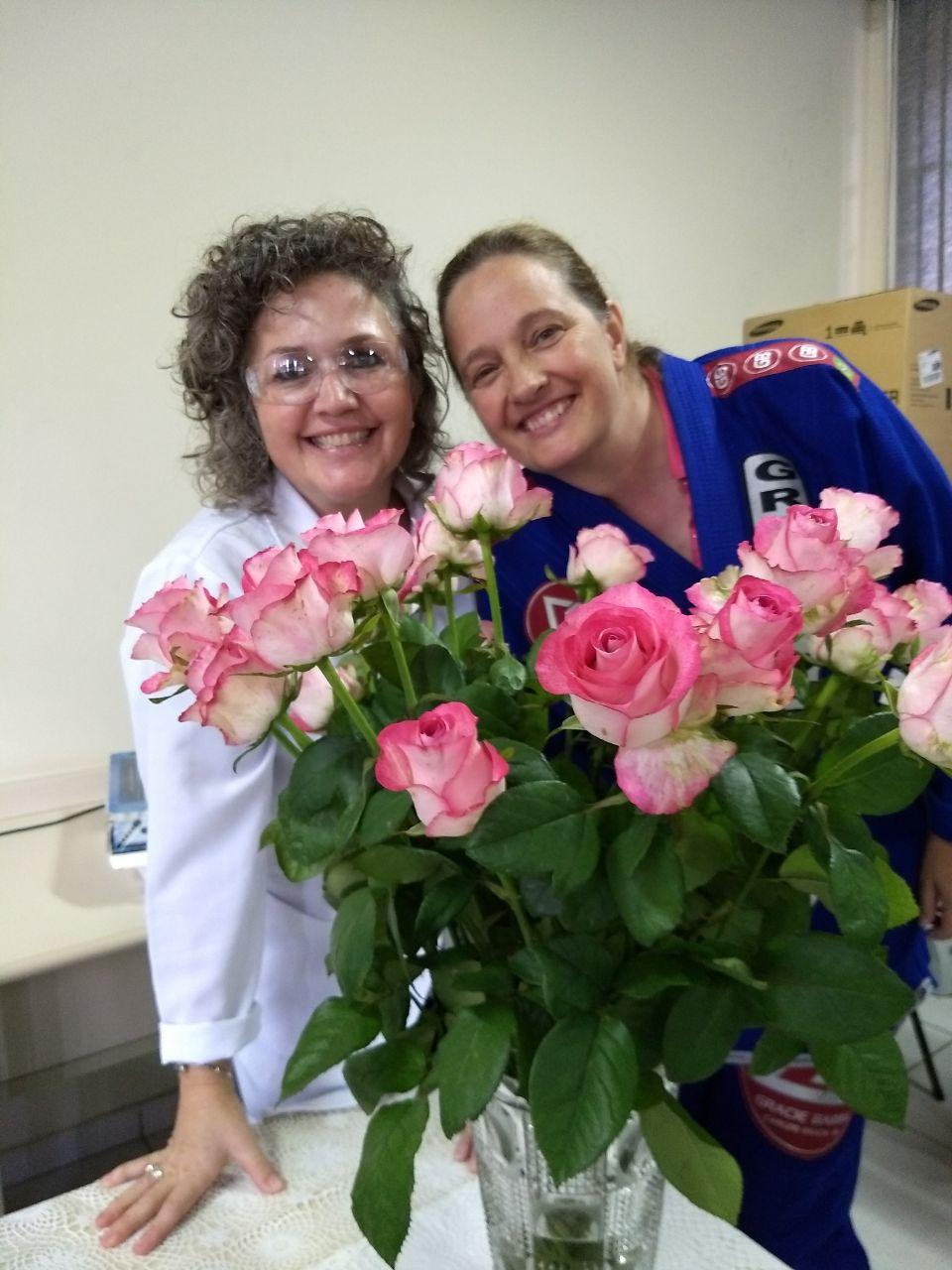 Direção ofereceu flores para as profissionais da escola
