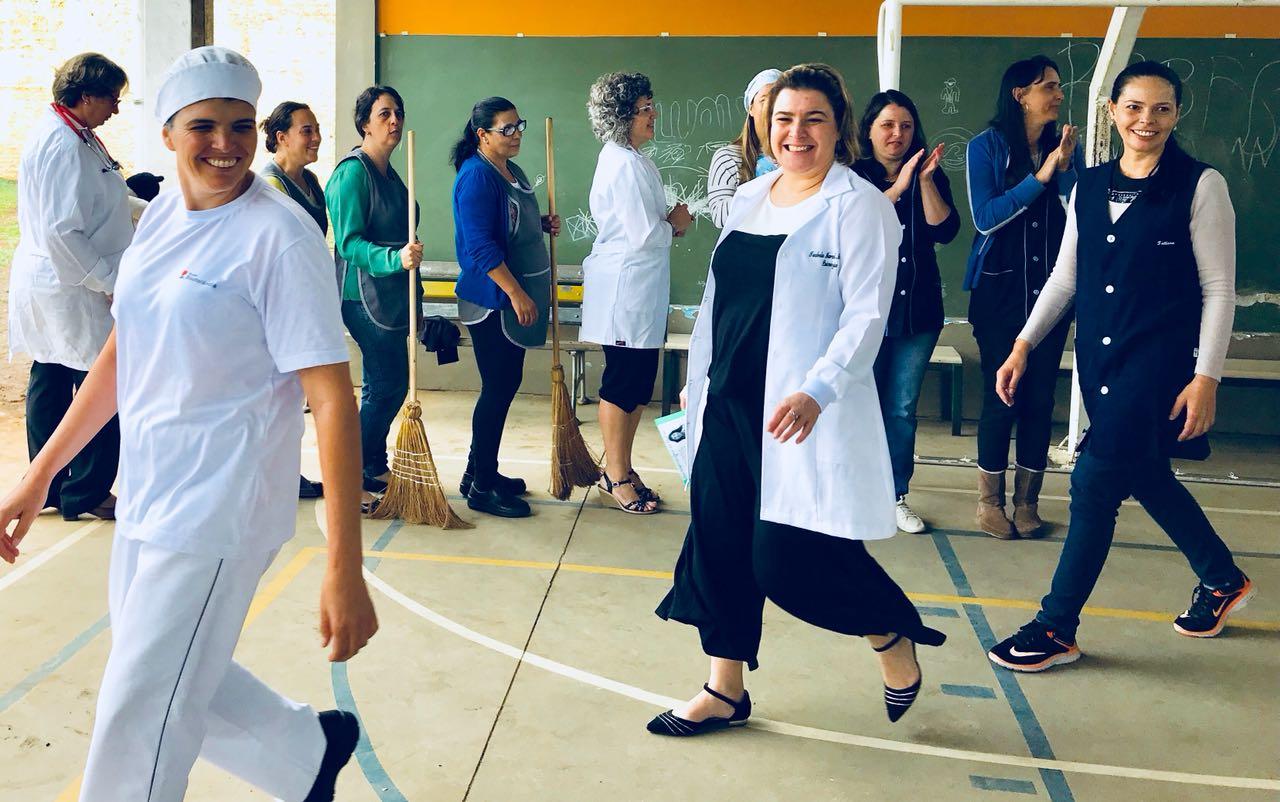 Desfile mostrando a diversidade das profissões femininas