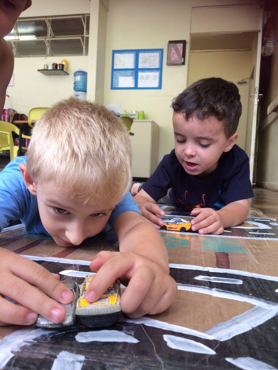 Vivências e experiências no CMEI Tapajós  Sabemos que a educação infantil e a etapa mais importante,  e que as vivências e experiências nas brincadeiras tornam-se  um período fundamental para o desenvolvimento e aprendizagem  da criança. No CMEI Tapajós fomentamos as aprendizagens , criamos diferentes contextos para que as crianças sejam protagonistas de suas ações, garantindo a pluralidade de vivências que incluem o imaginar, experimentar, cantar, correr, brincar, jogar, investigar, desafiar, reconhecer, ser e cuidar de si do outro e da natureza.