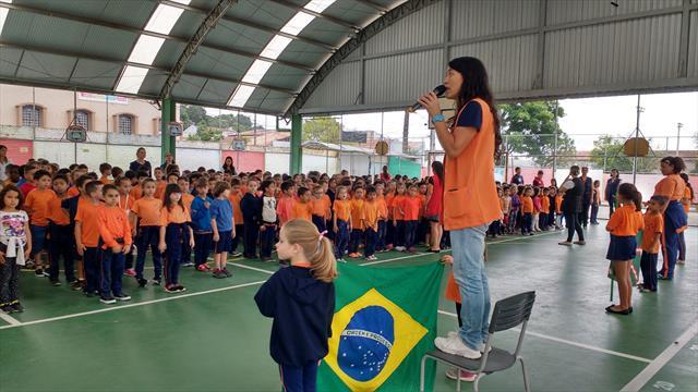 Resgatar os valores cívicos é despertar nos estudantes o respeito pelos símbolos brasileiros