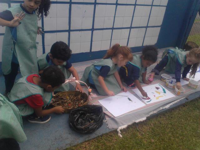 Crianças exploram materiais do jardim