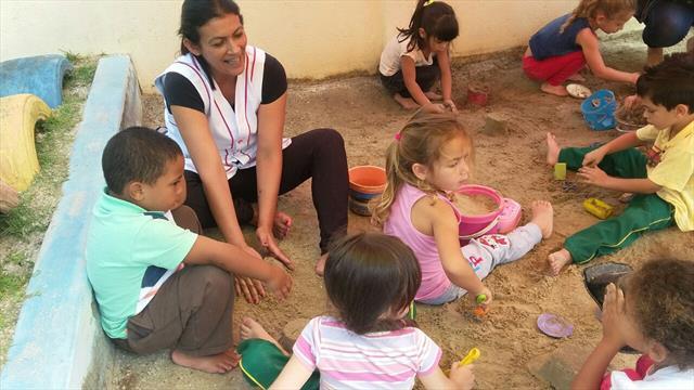 Professoras e crianças do Pré I B com os pés na areia!