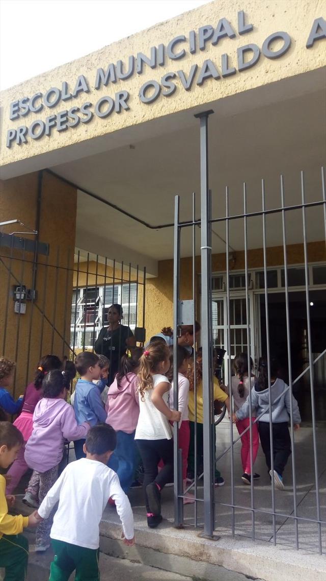 Assistindo vídeos dos pontos turísticos de Curitiba na escola ao lado do CMEI