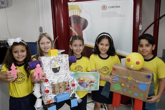 Estudantes criam os robôs Geométrico e Latrônico no Farol do Saber e Inovação