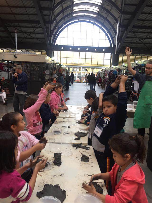 Estudantes conhecem obras de Faustino Zardo conhecem os serviços ofertados na Rua da Cidadania e participam de oficina de argila