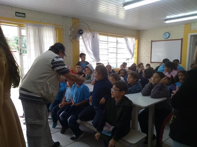 Alunos participam de aula de astronomia de forma prática e criativa na UEI Irati II