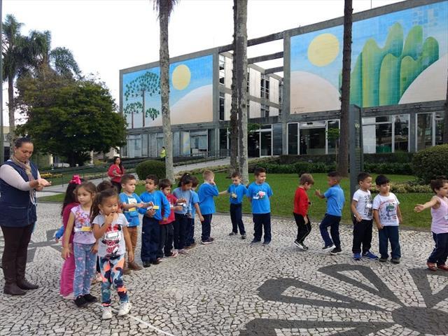 Crianças do CMEI União das Vilas brincam e aprendem na Prefeitura