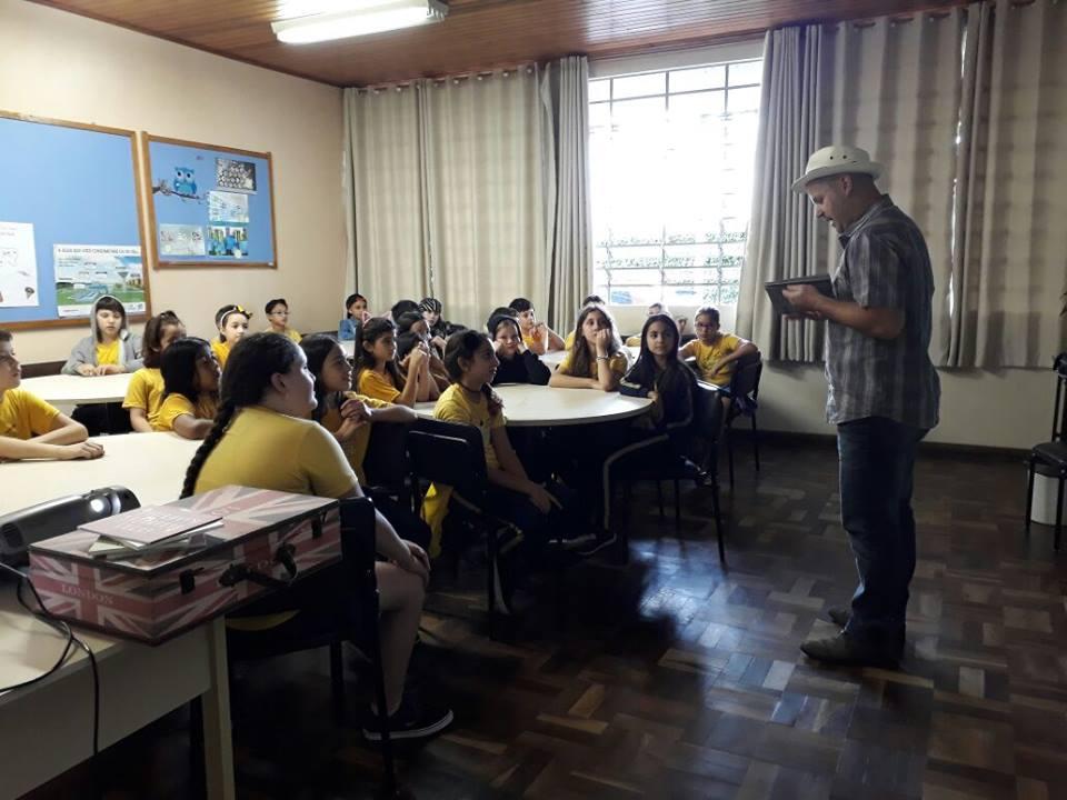 Escritor Álvaro Posselt visita a Escola Municipal Professor Ricardo Krieger