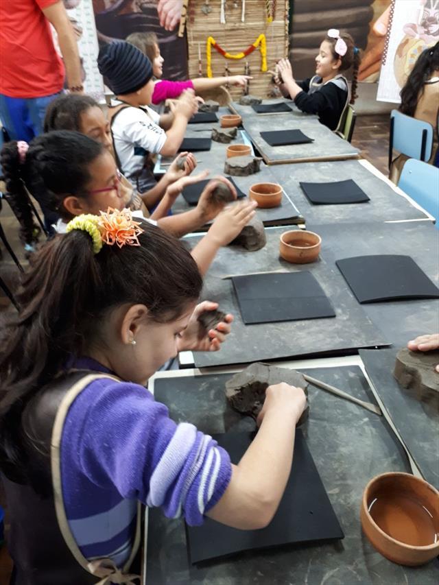 """Tauá- A Arte Indígena da Cerâmica"""" está circulando pelas escolas da Rede Pública"""