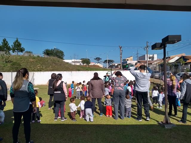 As Crianças, professores e demais funcionários do CMEI Moradias Corbélia participaram do Dia do Desafio, a professora Evelin organizou atividades de alongamento, dança e brincadeiras com movimento.