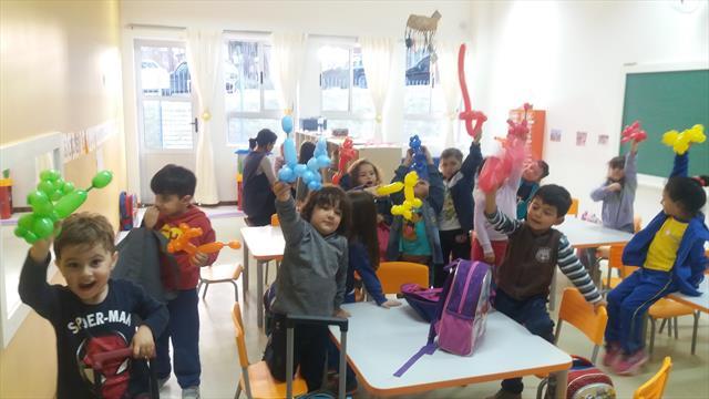 Crianças na oficina com balões