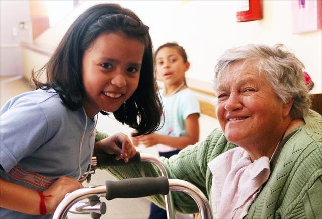 Crianças aprendem com os idosos