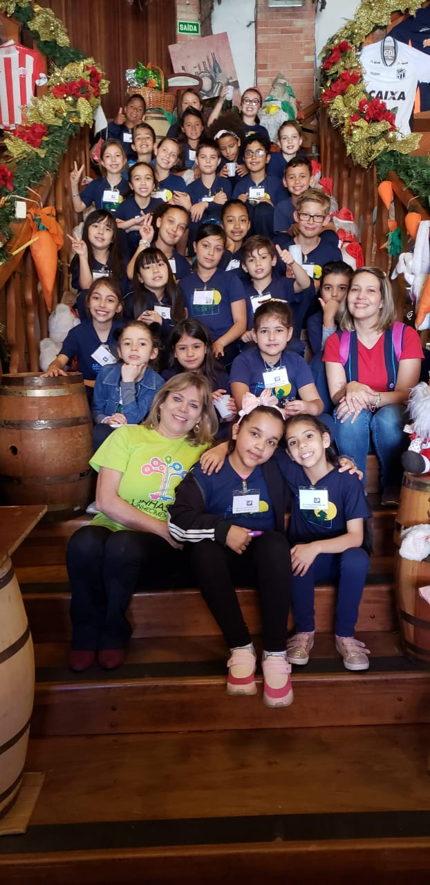 Hoje, foi a vez da EM Monsenhor Boleslau Falarz fazer o roteiro, referente ao Projeto Conhecendo Santa Felicidade. As crianças, acompanhadas da professora Cristiane que elaborou e desenvolveu o projeto com seus estudantes de 3º ano, puderam participar de uma rota cheia de aprendizagens, descobertas e encantamento.