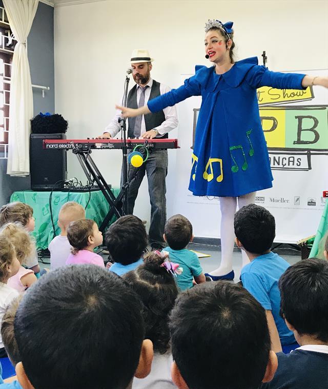 CMEI recebe apresentação de MPB para crianças