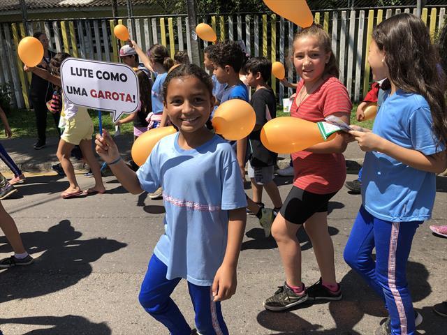 Estudantes da Escola Municipal CEI David Carneiro saem às ruas pelo fim da violência contra Mulheres e pela Igualdade de Gênero