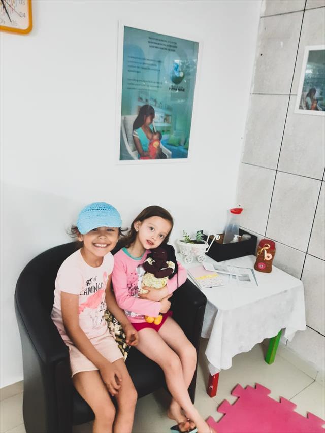 Crianças do Pré único-tarde brincando no Espaço do Mama Nenê com a boneca Mamãe (boneca grávida do Museu da Vida que incentiva a amamentação).