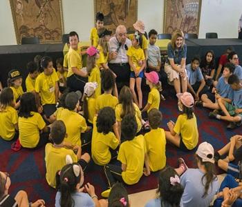 Prefeito Rafael Greca recebe vista das crianças do