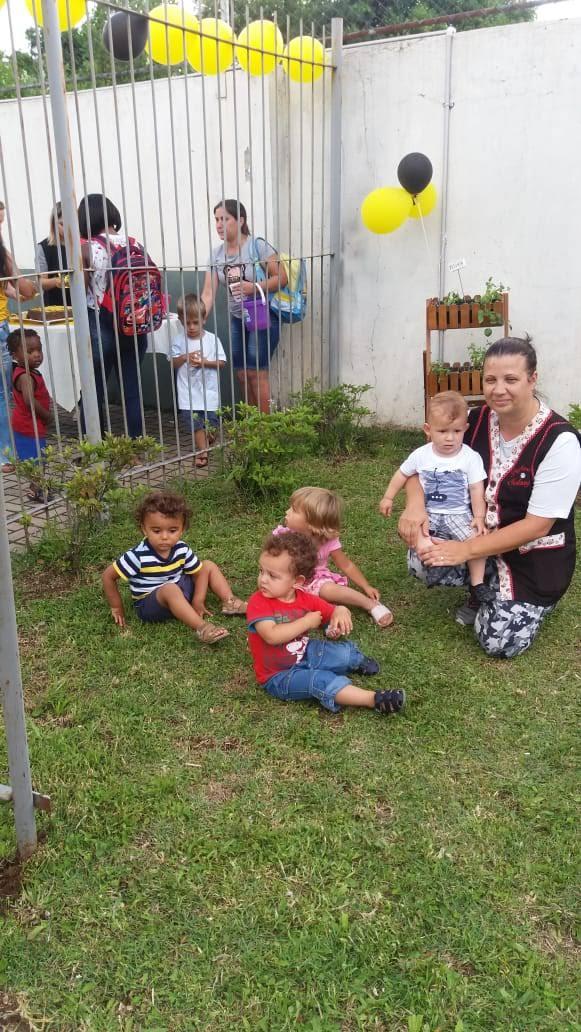 professora e as crianças do berçário