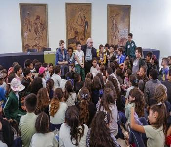 Prefeito Rafael Greca recebe na Prefeitura, crianç