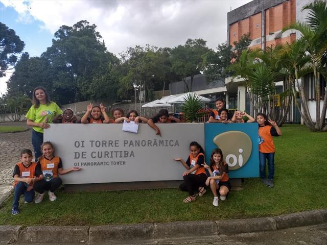Estudantes da Vila Torres admiram a cidade do alto da Torre Panorâmica