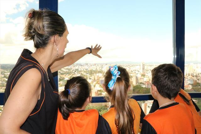 Estudantes da Vila Torres admiram a cidade do alto
