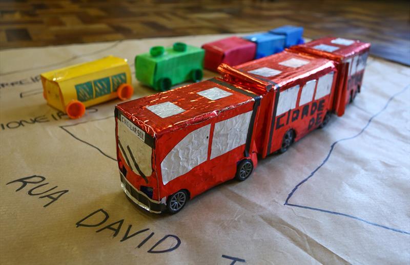 Curitibinhas criam frota de miniônibus em escola do Sítio Cercado