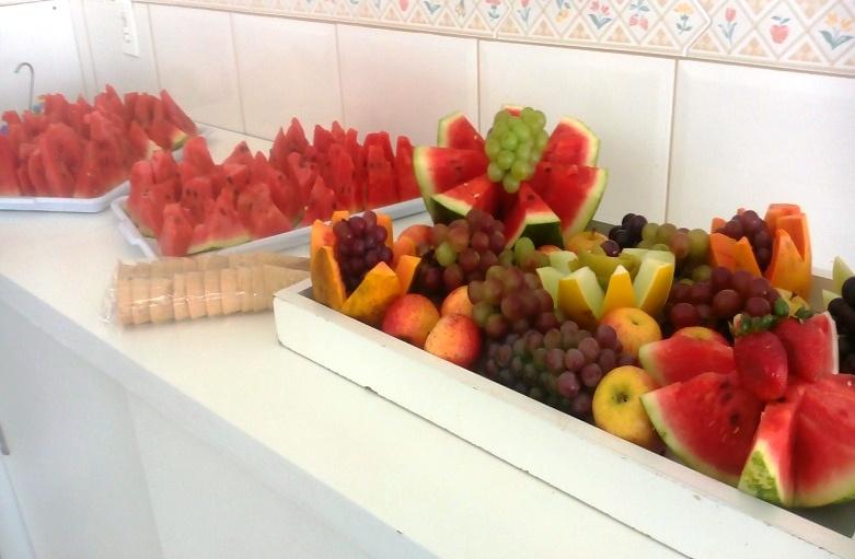 Salada de fruta na casquinha de sorvete.
