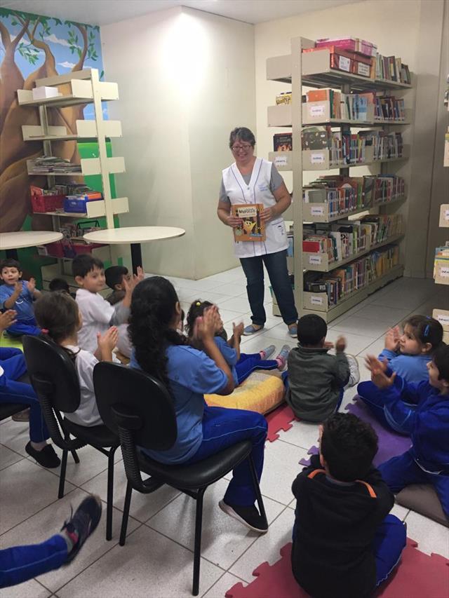 Momentos de leitura na biblioteca