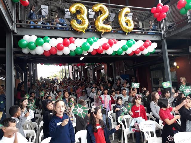 Estudantes de escolas municipais da Regional Boa Vista celebram o aniversário de Curitiba com o prefeito Rafael Greca