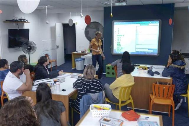 Professores aprendem a usar kits de robótica