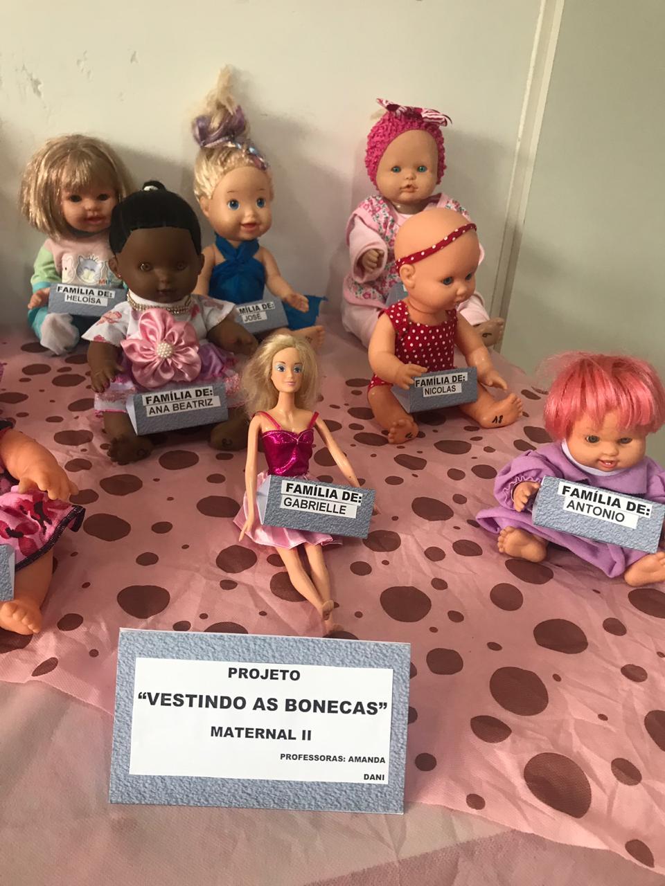 vestindo as bonecas