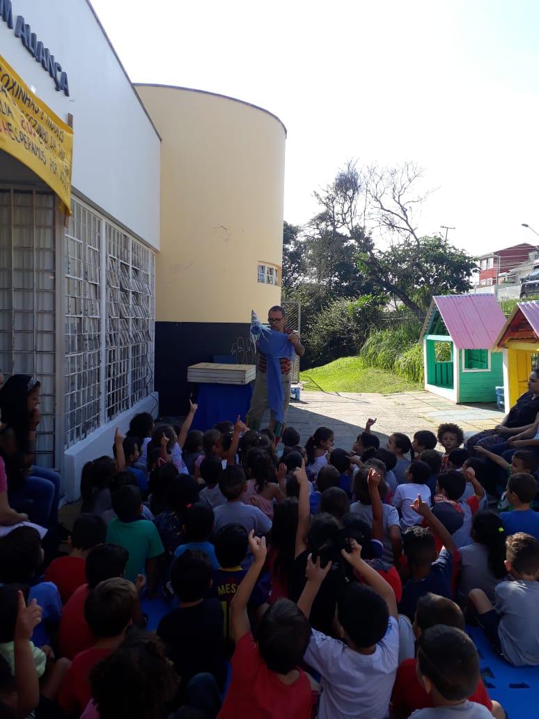 O CMEI recebeu uma atração no mês de maio muito especial! Um teatro com ator e bonecos, ilustrando e resgatando as fantáscticas histórias criadas por Monteiro Lobato.  Histórias que as crianças adoraram, interagiram com a peça e no término puderam manusear os bonecos, brincar de faz de conta e perceber todos os detalhes de cada personagem.