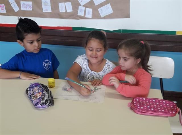 Professora da UEI Pilarzinho desenvolve atividade