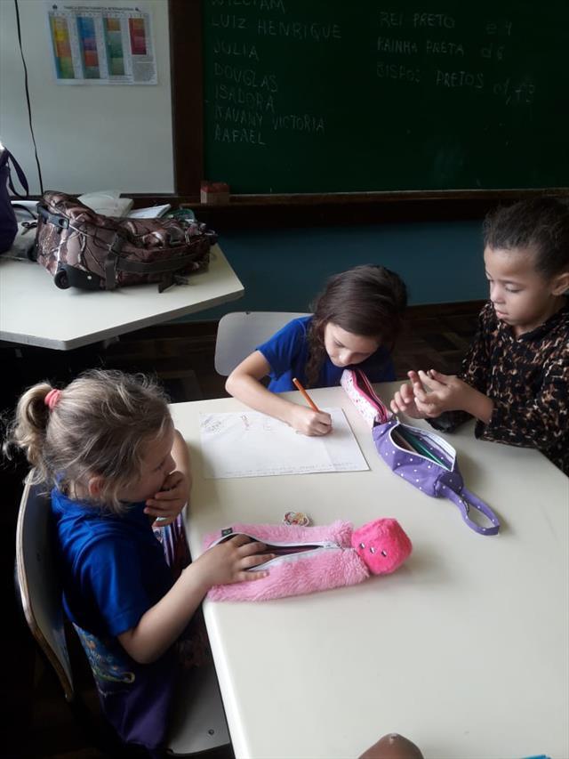 Professora da UEI Pilarzinho desenvolve atividade literária para introduzir o Xadrez para os pequenos