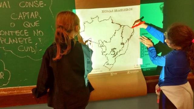 Uso inusitado do Data Show possibilita ampliação de mapas para estudo dos biomas