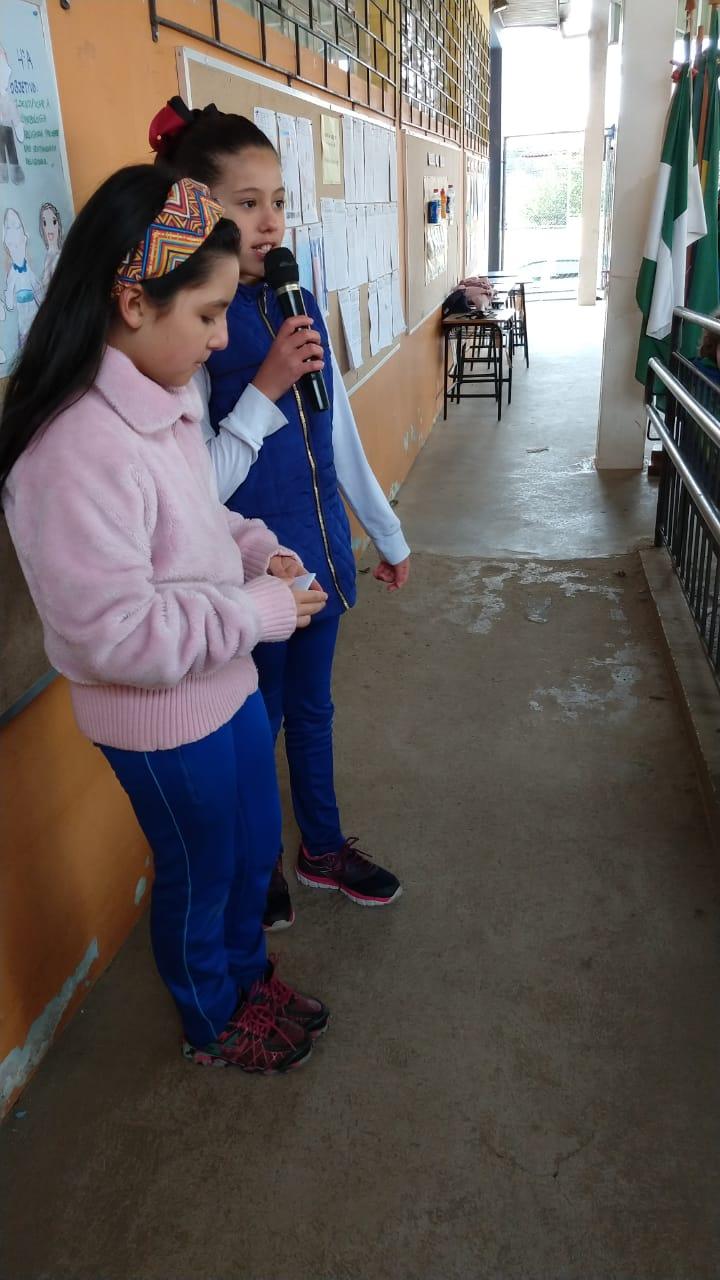 Laura Cadena e Isabele Trevisan fazendo a leitura do texto que criaram.